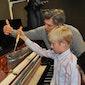 Gezinsrondleiding in de expo Piano & Co met aansluitend een workshop piano stemmen