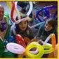 Kip van Troje presenteert: Ballonplooier Neus tijdens verwendag van de bib te Wachtebeke