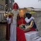 Sinterklaas deelt marktwaardebonnen uit tijdens de wekelijkse markt