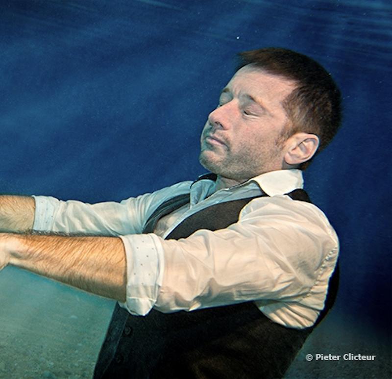 man zweeft onder water