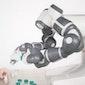 YuMi Robot draait flesjes mascara dicht