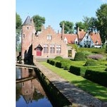 een private kasteeltuin in een polderlandschap